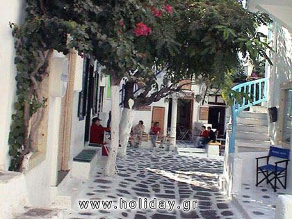 The paved narrow pathways of Mykonos
